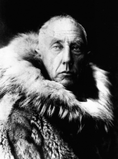 Amundsen_in_fur_skins.jpg